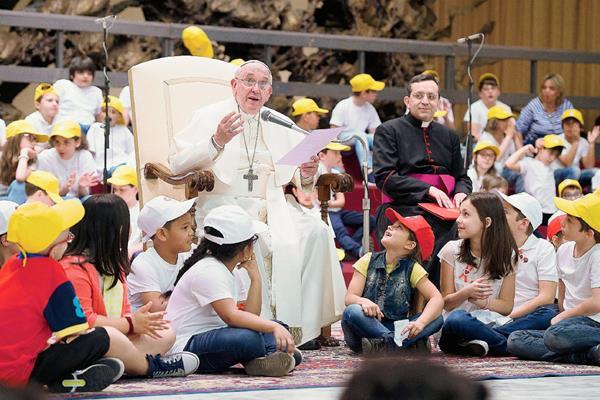 El Papa  Francisco asistió a un acto con más de 7 mil niños en el Vaticano y se sometió a una serie de preguntas. (Foto Prensa Libre:AFP).