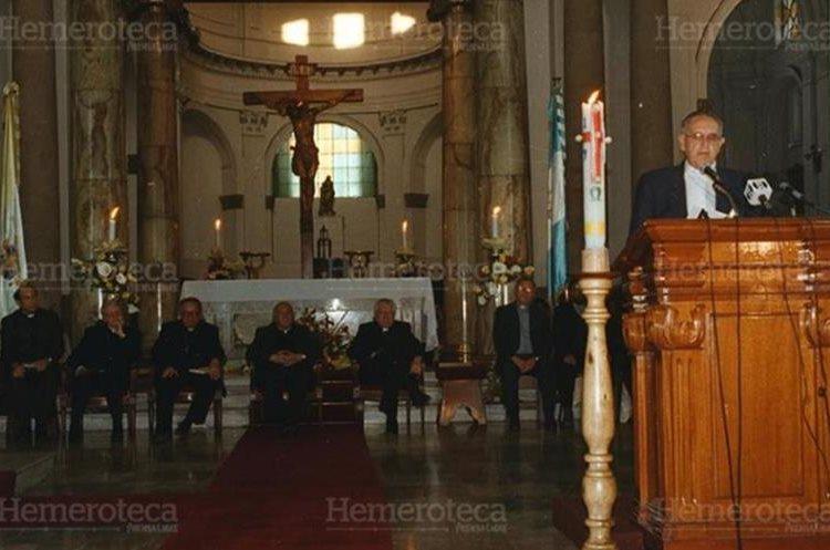El cirio pascual arde en Catedral el 24 de abril de 1998, mientras monseñor Gerardi hace entrega del Remhi.