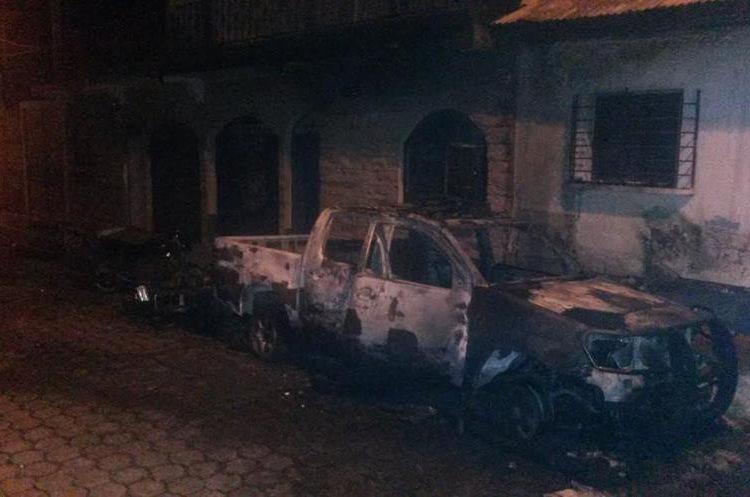 Vista del autopatrulla y del edificio policial destruidos. (Foto Prensa Libre: Enrique Paredes)