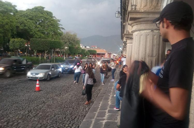 En Antigua Guatemala el panorama está gris por la ceniza. (Foto Prensa Libre: Víctor Chamalé)