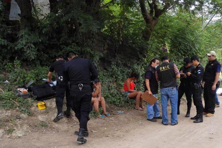 Investigadores inspeccionan el lugar donde apareció el cadáver de Nelly Ramos, en Gualán, Zacapa. (Foto Prensa Libre: Julio Vargas)