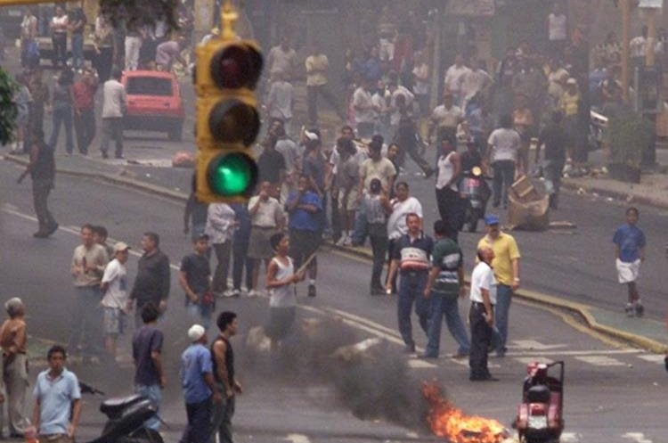 Protestas en contra del golpe de Estado en Venezuela el 13 de abril de 2002. (Foto: AP)