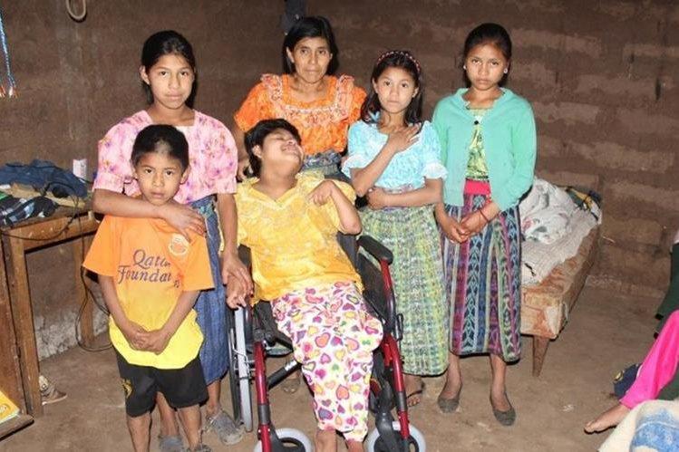Juana Osorio López junto a sus cinco hijos se ven afectados por la extrema pobreza en Santa Cruz del Quiché. (Foto Prensa Libre: Óscar Figueroa).