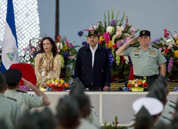 Daniel Ortega (c) habla junto a Rosario Murillo (i) y el general del Ejército de Nicaragua Julio Cesar Aviles.(EFE).