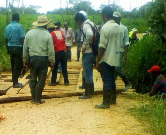 Pobladores de Roto Viejo se retiran del lugar luego de atar al supuesto ladrón. (Foto Prensa Libre: Rigoberto Escobar)
