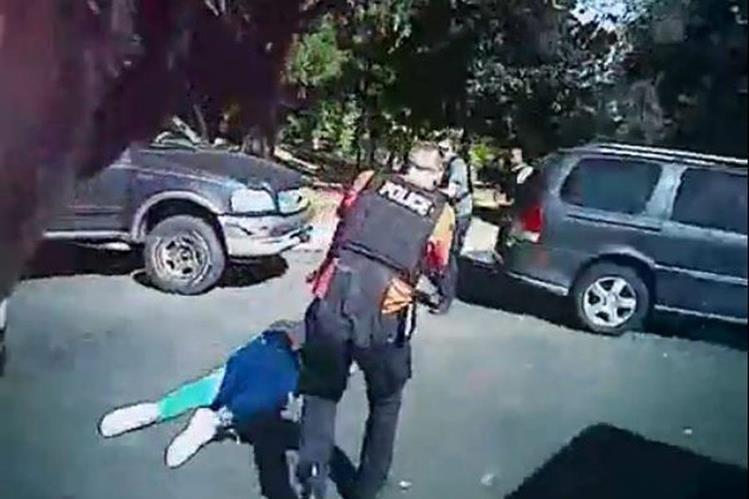 Captura del video que fue difundido por la Policía, grabado con las cámaras que portaban los agentes. (Foto Prensa Libre: AP).