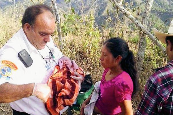 Bomberos voluntarios de la 23 compañía atendieron el parto en la aldea Alballeritos, Zacapa. (Foto Prensa Libre: CVB)