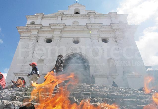La Iglesia de Santo Tomás en Chichicastenango, El Quiché, fue edificada alrededor del año 1550. (Foto: Hemeroteca PL)