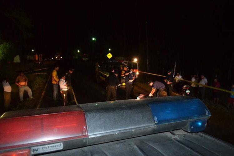 Agentes de la PNC resguardan lugar donde murió una mujer, en la ruta a Champerico. (Foto Prensa Libre: Jorge Tizol)