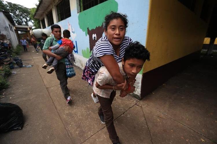 Personas que no pueden caminar fueron llevadas en hombros.