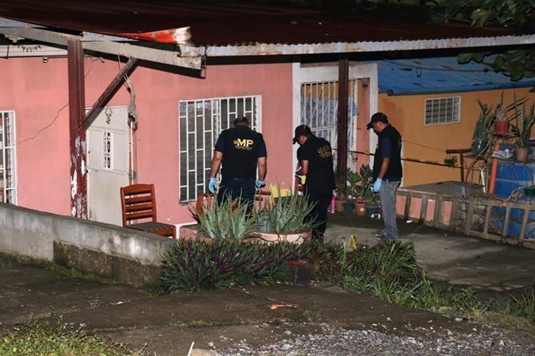 Investigadores inspeccionan el lugar donde ocurrió el ataque, en Puerto Barrios. (Foto Prensa Libre: Dony Stewart).