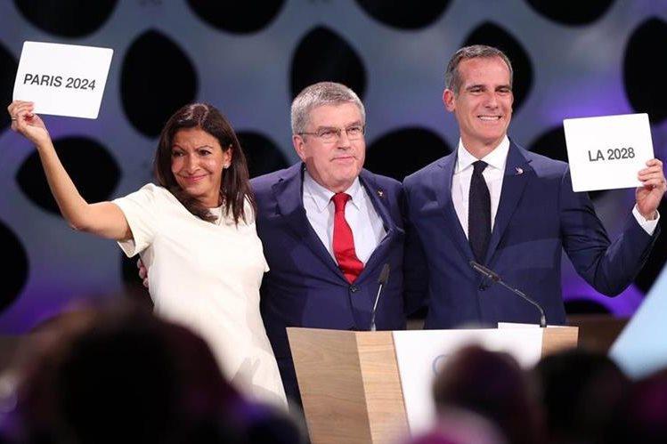 La alcaldesa de París, Anne Hidalgo, junto al presidente del COI, Thomas Bach y el alcalde de Los Ángeles, Eric Garcetti, muestras su alegría. (Foto Prensa Libre: EFE).