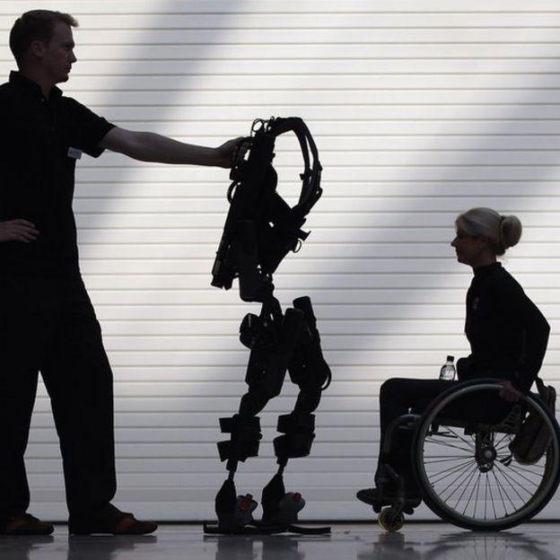 Para el ruso no es viable la solución de un exoesqueleto porque, debido a su enfermedad, tiene la espina dorsal curva, dice. GETTY IMAGES