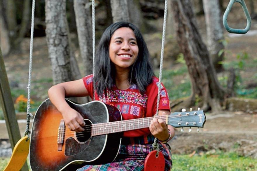 La cantante  nació en  San Juan Comalapa, Chimaltenango, y estudió magisterio musical.