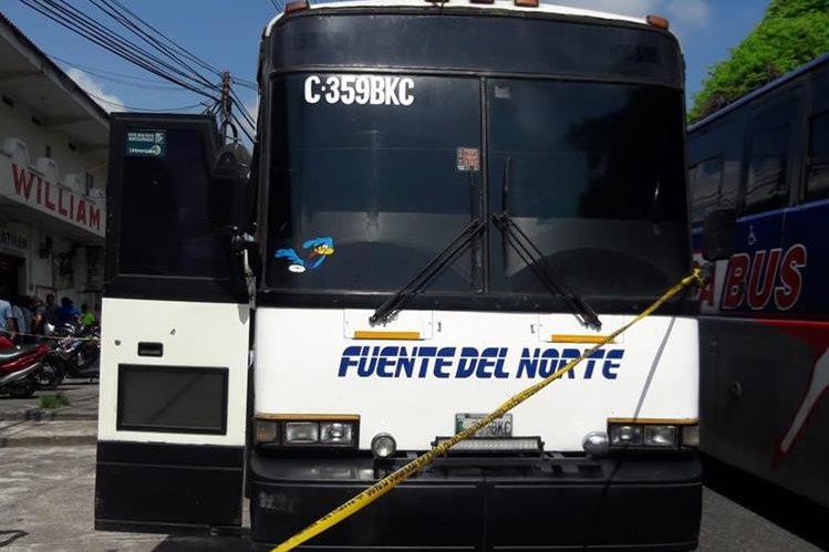 El conductor de este bus de transportes Fuentes del Norte murió baleado en la zona 3 de Mazatenango, Suchitepéquez. (Foto Prensa Libre: Cristian Icó Soto)