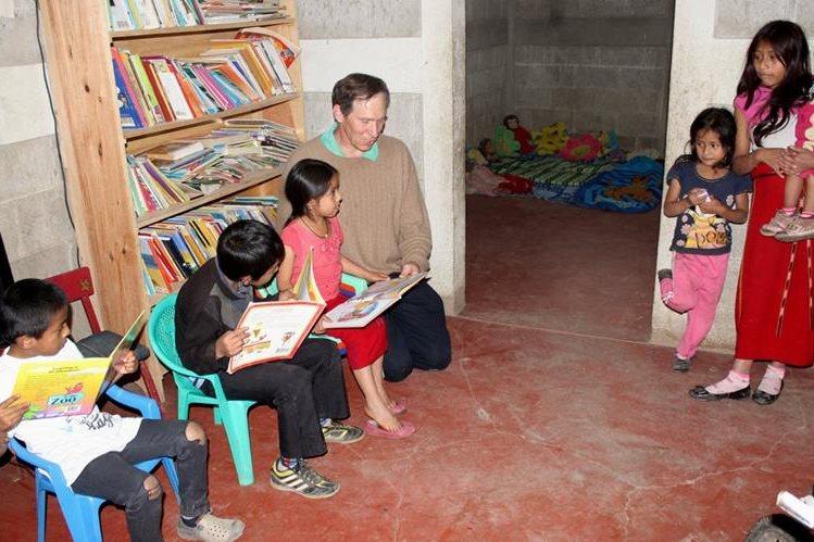 Brian Stipek comparte con niños en un centro comunitario de Nebaj, Quiché, donde les enseña inglés y música. En el lugar, los menores tienen acceso a juegos didácticos. (Foto Prensa Libre: Óscar Figueroa)