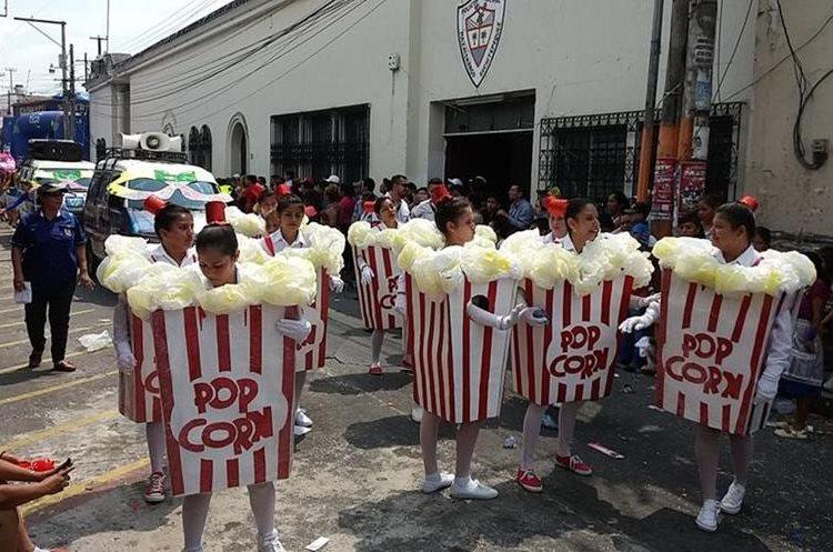 Esta comparsa utilizó disfraces de poporopos para complementar su participación en el tradicional carnaval de Mazatenango.