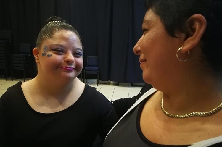 Diana Carolina Paz y su mamá Rosi de Paz mantienen un vínculo de amor y amistad para salir adelante. (Foto Prensa Libre: Oscar García).