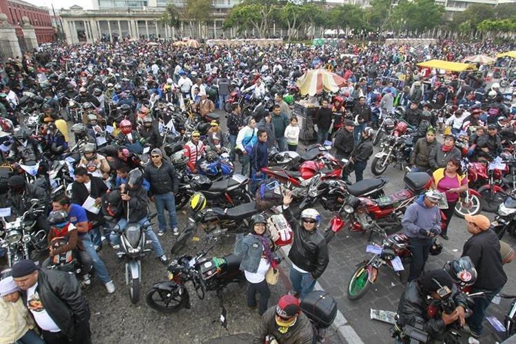 Chiquimultecos dan la bienvenida a los motoristas, pero no a los desmanes y desorden. (Foto Prensa Libre: Hemeroteca PL)