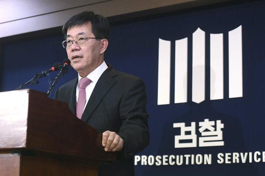 El fiscal Lee Young-ryeol da a conocer el caso de corrupción que vincula a la presidenta de Corea del Sur. (AP)