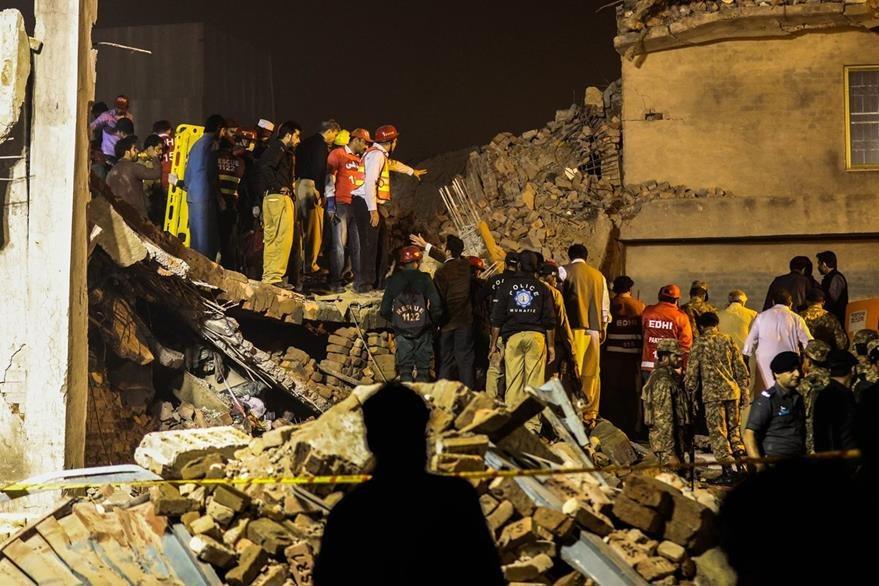 Rescatistas trabajan en el lugar donde ocurrió la tragedia. (Foto Prensa Libre: EFE).