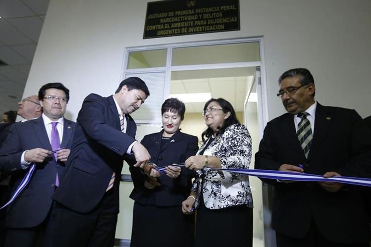 Ranulfo Rojas, presidente del OJ, y Thelma Aldana, jefa del MP, durante el acto de apertura. (Foto Prensa Libre: Erick Ávila)