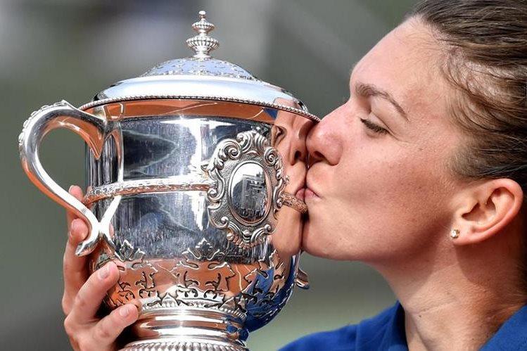 Halep besa el trofeo que la acredita como campeona de uno de los torneos más prestigiosos del tenis mundial. (Foto Prensa Libre: EFE)