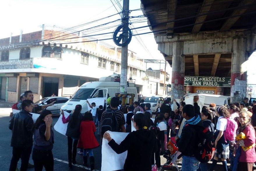 Bloquean paso en puente Santa Marta, zona 5 de Mixco, por falta de maestros en la localidad. (Foto Prensa Libre: Muni Mixco)