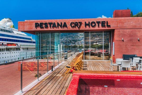 El primer hotel de Cristiano Ronaldo se encuentra junto a la bahía de su ciudad natal, Funchal (Madeira). (Foto Prensa Libre; Pastana CR7)