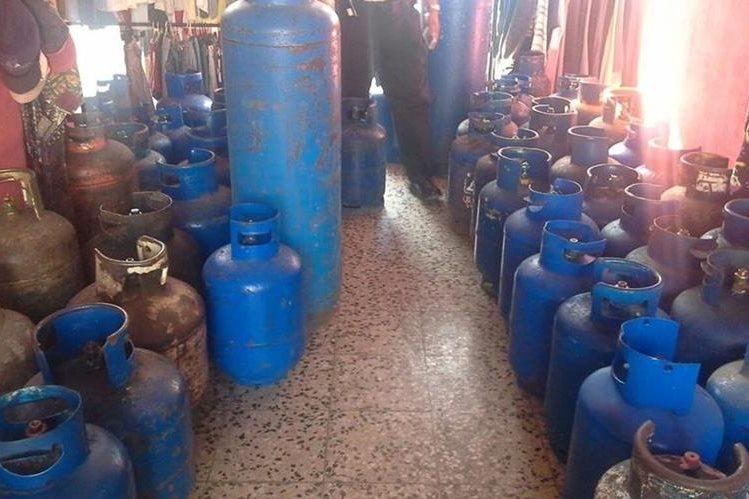 Un hombre que descargaba 117 cilindros de gas a una vivienda fue detenido. (Foto Prensa Libre: PNC)