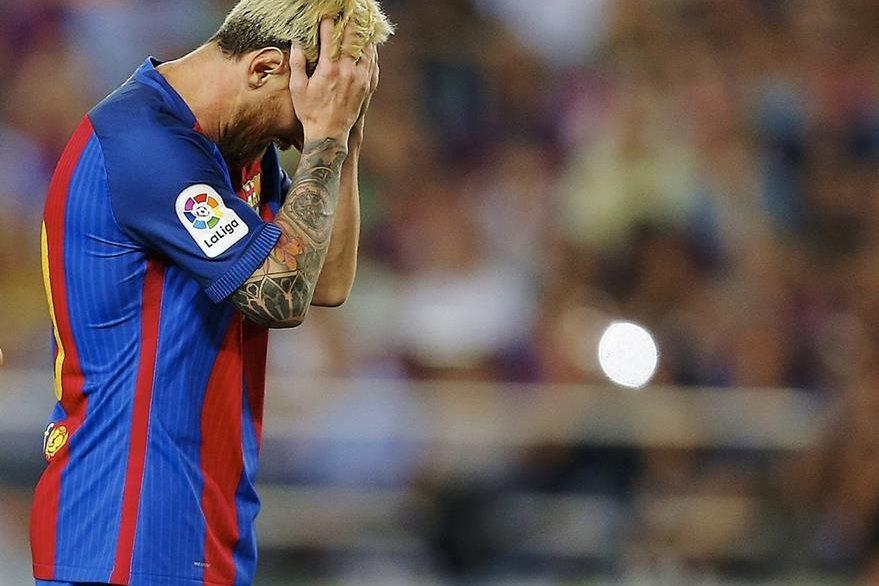 Messi no puede creer que el modesto Alavés puso a prueba al conjunto azulgrana. (Foto Prensa Libre: AFP)