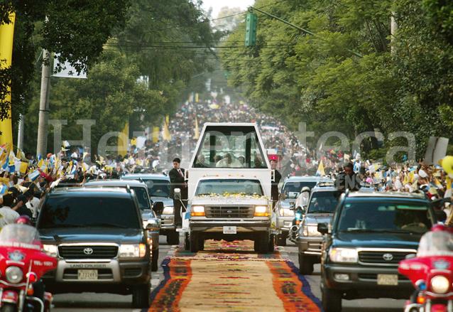 El Papa Juan Pablo durante su tercera visita en 2002. (Foto Prensa Libre: Hemeroteca)