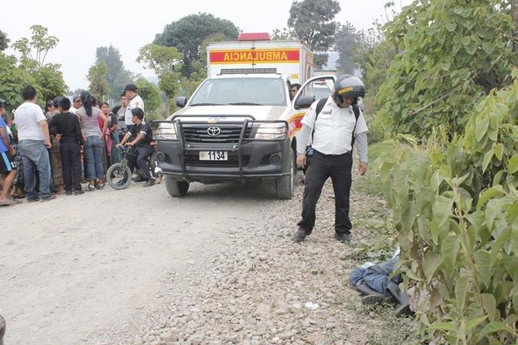 Socorrista junto al cuerpo sin vida de Santos Raxón Chivalán. (Foto Prensa Libre: Víctor Chamalé)