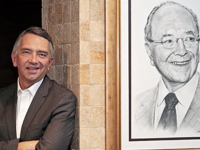 Juan Alfonso Solares, junto al retrato de su padre, Rafael Felipe Solares Riépele, reimpulsor del negocio farmacéutico familiar fundado en 1927.