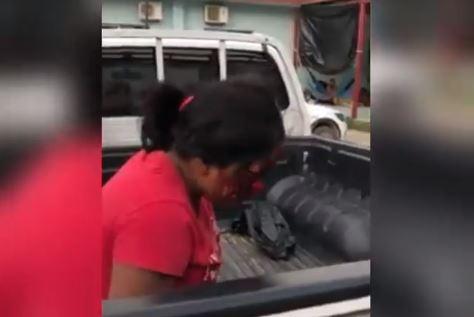 Un vecino traslada en su picop a una mujer que sufrió un accidente en Motocicleta, pero personal del Hospital Nacional de San Benito, Petén, se negó a atenderla. (Foto Prensa Libre: Cortesía)
