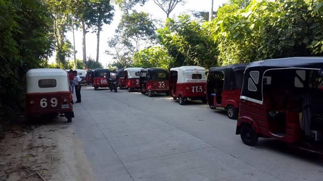 Varios pilotos de mototaxi llegaron al lugar al lugar del ataque y se unieron en la búsqueda de los malhechores en los matorrales. (Foto Prensa Libre: cortesía)