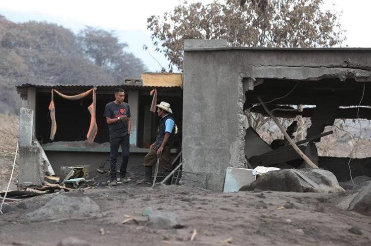Marco Tulio Sánchez buscaban en su casa soterrada a su hermana y sus tíos, le acompañó su sobrino a San Miguel Los Lotes, zona devastada por la erupción del Volcán de Fuego. (Foto, Prensa Libre: Carlos Hernández).