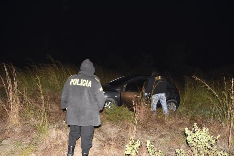 Investigadores buscan evidencias en el lugar donde ocurrió el ataque armado. (Foto Prensa Libre: Cortesía)