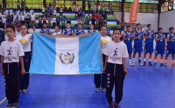 Los seleccionados nacionales entonaron el Himno Nacional de Guatemala en suelo salvadoreño. (Foto Prensa Libre: Cortesía COG)