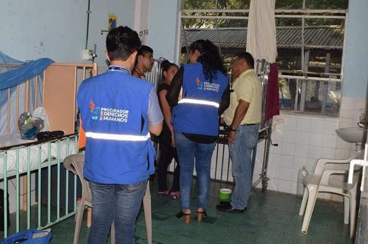 Personal de la Procuraduría de los Derechos Humanos supervisa el Hospital Regional de Zacapa. (Foto Prensa Libre: Mario Morales)