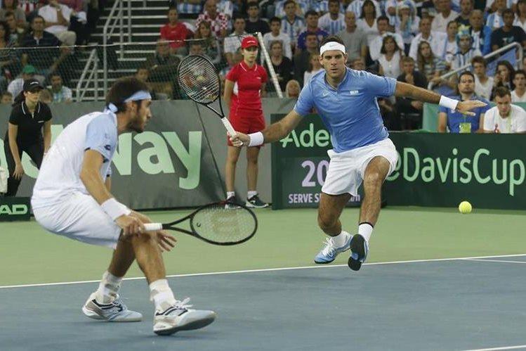 Leonardo Mayer y Juan Martín del Potro durante el partido de dobles. (Foto Prensa Libre: AP)