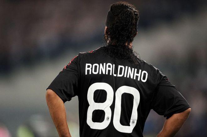 La elección del 80 de Ronaldinho ocurrió porque cuando llegó al Milán, el 10 que él quería ya lo tenía Clarence Seedorf. (Getty Images)