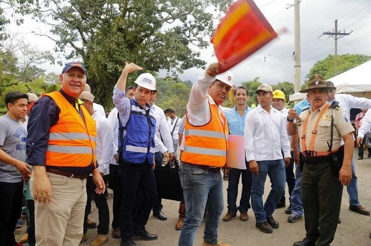 El presidente Jimmy Morales, junto a otros funcionarios, participa en acto de apertura del paso en el km 188 de la ruta Cito Zarco. (Foto Prensa Libre: Rolando Miranda)