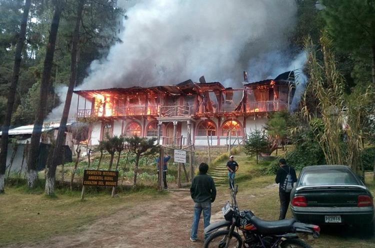 A las 7 horas se registró el incendió que consumió una cabaña donde funcionaba un restaurante y un hospedaje. (Foto Prensa Libre: Ángel Julajuj)