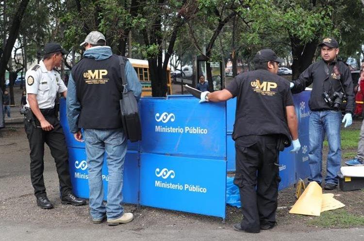 Agentes del MP analizan la escena del crimen de un hombre en el Trébol, zona 12. (Foto Prensa Libre: Estuardo Paredes)