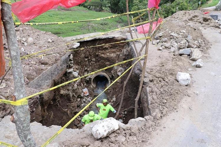 El hundimiento se registró en el kilómetro 137.4 de la ruta entre Jalapa y Jutiapa, el 23 de junio último, y sigue sin reparación. (Foto Prensa Libre: Hugo Oliva)