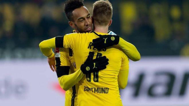 Pierre-Emerick Aubameyang y Marco Reus se llevan muy bien tanto en el campo como fuera de él. (Getty)