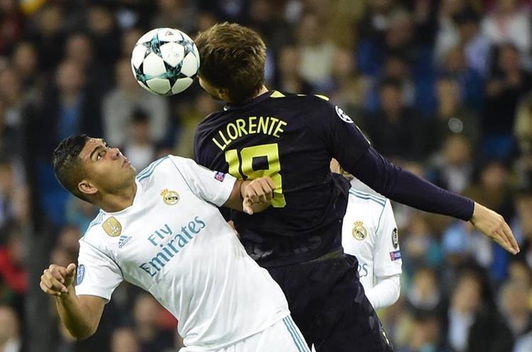 Casemiro lucha por el balón contra Llorente.