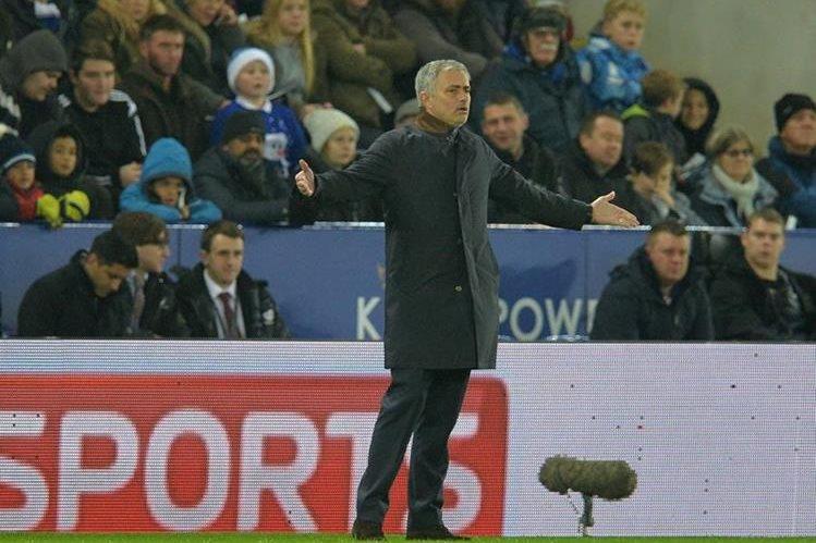 El técnico portugués del Chelsea, José Mourinho reclama una jugada durante el partido que su equipo perdió 2-1 contra Leicester. (Foto Prensa Libre: AFP)