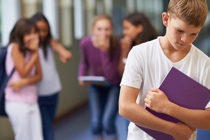 Tanto niñas como niños pueden ser acosados en la escuela. (Foto Prensa Libre: Getty).